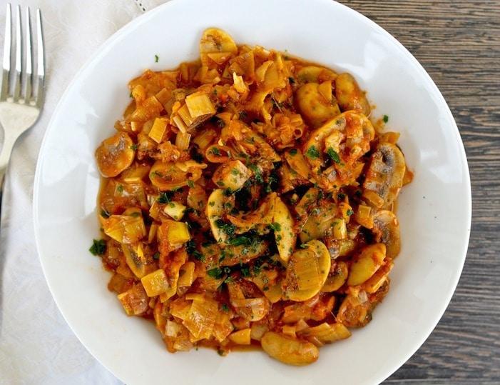 One Pot Greek Style Mushrooms and Leeks – Manitaria Giahni