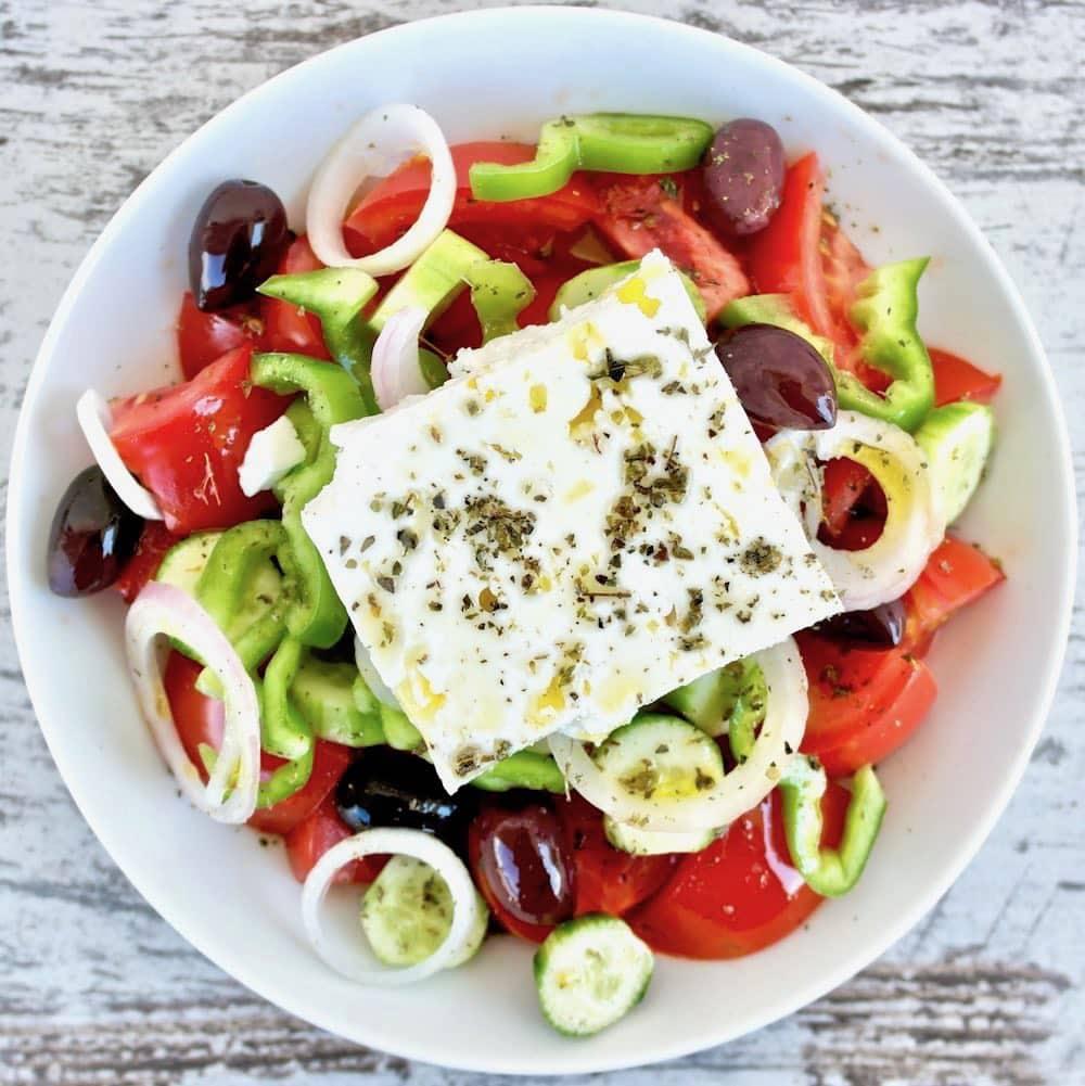 Ensalada griega (tomate, pepino, pimiento, cebolla y aceitunas) con queso feta #salada #Griego #Mediterráneo #verano