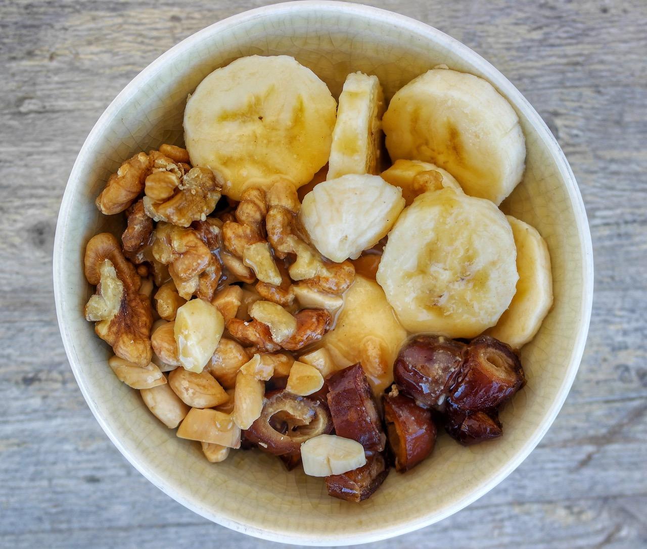 Tazón de desayuno vegano de frutas y nueces